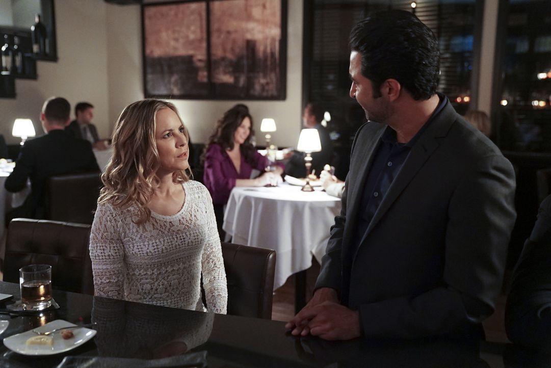 Jack Sloane (Maria Bello, l.) ist unterdessen auf einem Date, als sie eine traumatische Begegnung mit Nigel Hakim (Pej Vahdat, r.) hat ... - Bildquelle: Sonja Flemming 2018 CBS Broadcasting, Inc. All Rights Reserved/Sonja Flemming