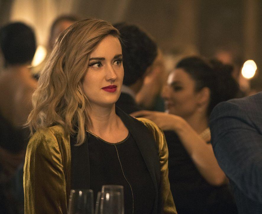Als Patterson (Ashley Johnson) ein weiteres Tattoo auf Janes Körper analysiert, stößt sie auf einen Code, mit dessen Hilfe sie die Verbindung zwisch... - Bildquelle: Warner Brothers