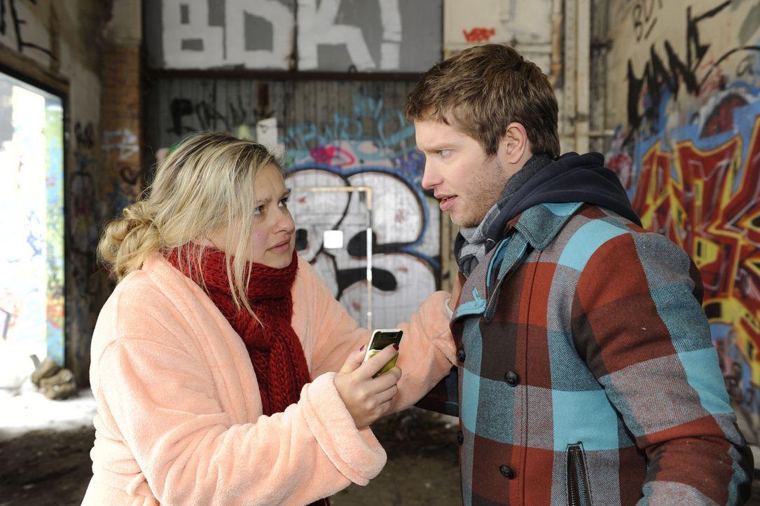 Mia (Josephine Schmidt, l.) ist voller Sorge um ihren Bruder. David lässt Jojo (Bernhard Bozian, r.) zwar aus dem Krankenhaus ziehen, doch der Ring... - Bildquelle: SAT.1