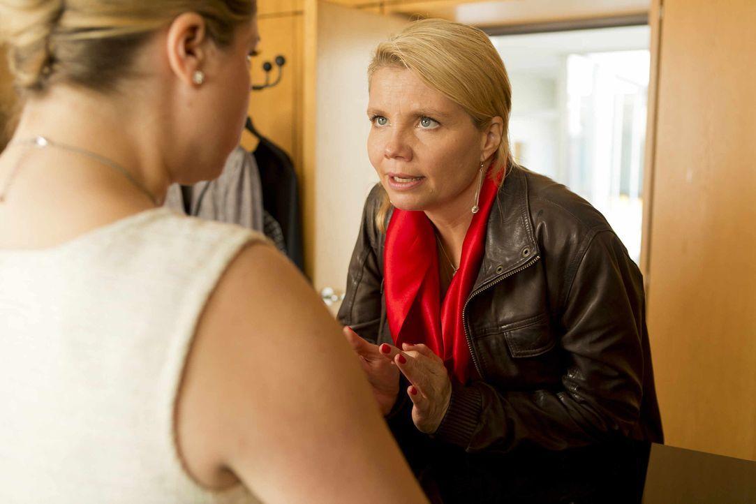 Mit allen Mitteln will Vorzimmerdame Biggi (Caroline Frier, l.) verhindern, dass Danni (Annette Frier, r.) dem Staatsanwalt zu nahe kommt ... - Bildquelle: Frank Dicks SAT.1