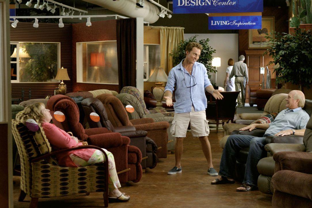 Da Tripp (Matthew McConaughey, M.), der als Dauergast im Hotel Mama (Kathy Bates, l.) und  Papa (Terry Bradshaw, r.) seine Bindungsangst kaschiert,... - Bildquelle: TM &   Paramount Pictures. All Rights Reserved.