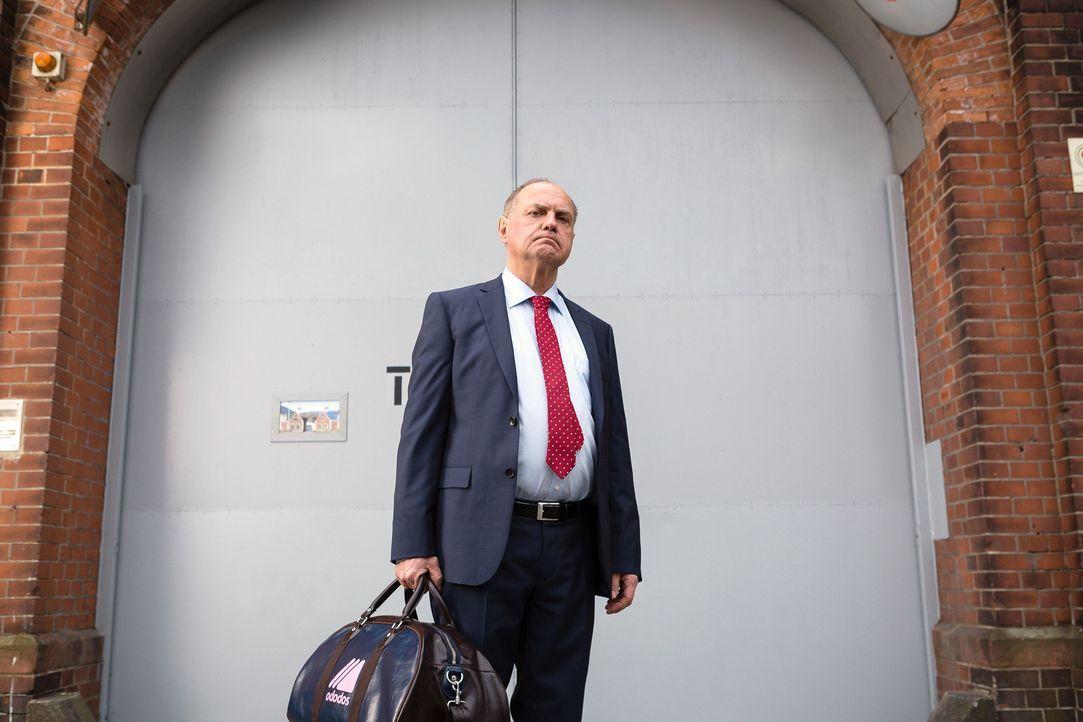 Der langjährige und mächtige Präsident und frühere Spieler des F.C. Rot-Weiss Oberbayern Udo Honig (Uwe Ochsenknecht) wird nach einer ordentlichen S... - Bildquelle: Arvid Uhlig SAT.1