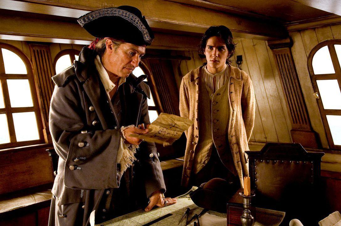 """Als Long John Silver (Tobias Moretti, l.) als Schiffskoch auf der """"Hispaniola"""" anheuert, ahnt niemand, dass Silver ein berüchtigter Pirat auf Schatz... - Bildquelle: ProSieben"""