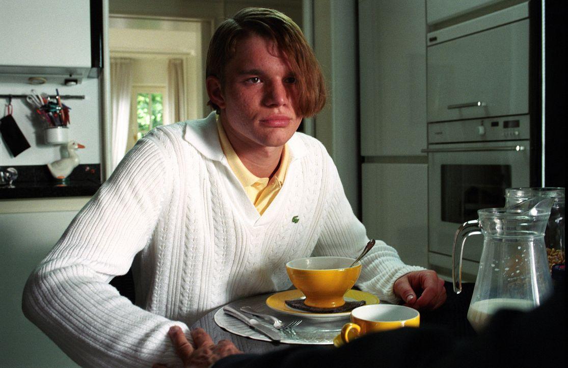 Anfangs hat Ronnie (Tobias Schenke) große Schwierigkeiten sich so zu verhalten wie sein Zwilling Tim. Aber mit der Zeit hat er den Dreh raus und sch... - Bildquelle: Akkord Film Produktion GmbH