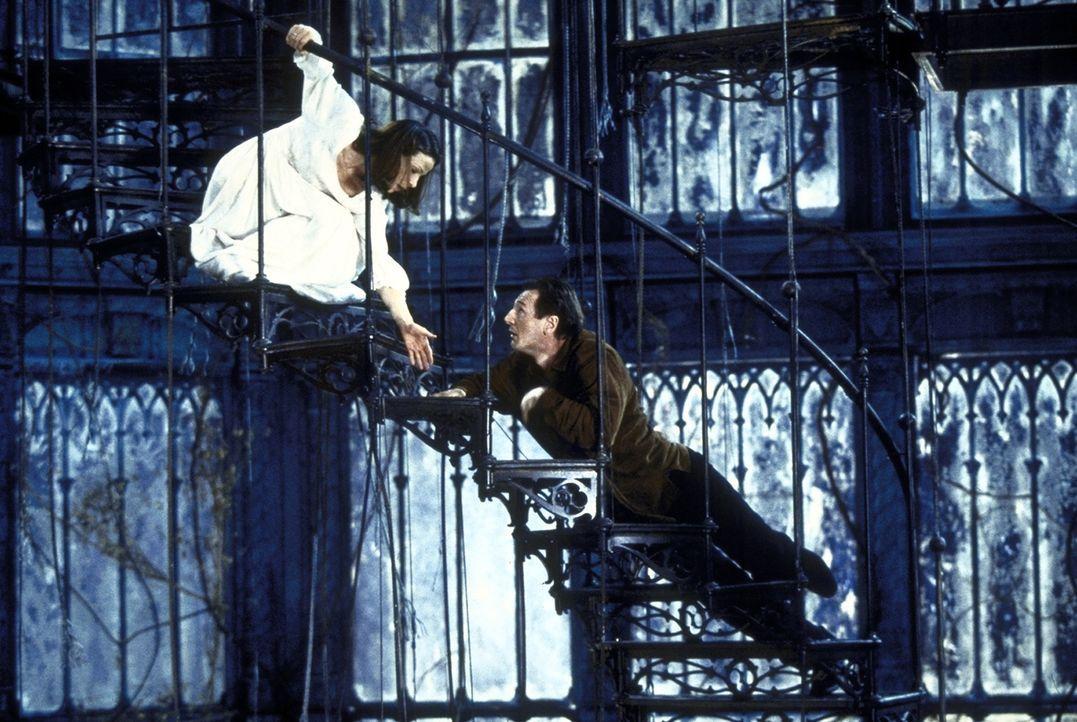 In den düsteren Gemäuern geschehen unheimliche Dinge, die das Leben von Eleanor (Lili Taylor, l.) und David Marrow (Liam Neeson, r.) gefährden ... - Bildquelle: TM &  1999 Dreamworks L.L.C. All Rights Reserved