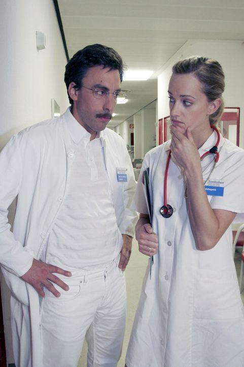 Auch als Arzt (Alexander Schubert, l.) kann einen mal die Lust verlassen. Da kann man als Schwester (Judith Richter, r.) fragen wie man will, alles... - Bildquelle: Noreen Flynn Sat.1