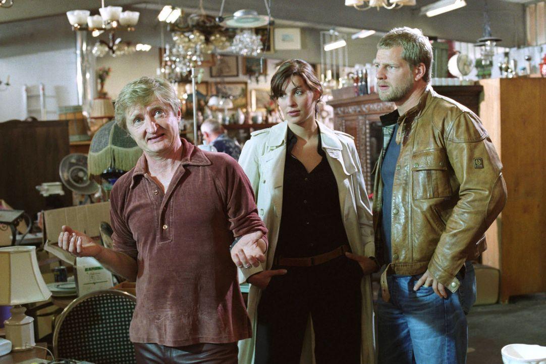 Trödler Toni (Michael Schreiner, l.) wird von Nina (Elena Uhlig, M.) und Leo (Henning Baum, r.) zum Tatverdächtigen Lohberg befragt. Toni behaupte... - Bildquelle: Sat.1