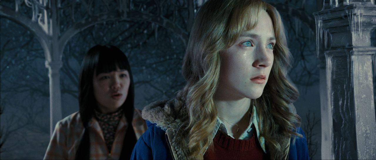 Auf der Flucht vor ihrem Mörder läuft Susie (Saoirse Ronan, r.) an vielen Menschen vorbei, die sie alle nicht wahrnehmen. Nur ihre Klassenkameradin... - Bildquelle: 2009 DW Studios L.L.C. All Rights Reserved.