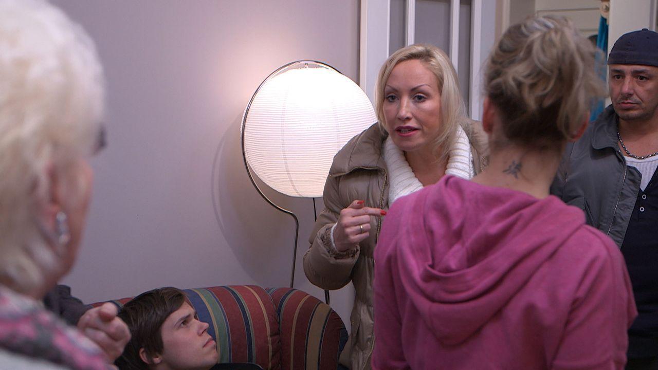 Dauer-Camperin Doro (3.v.r.) versucht, sich vor einem Besuch ihrer Eltern Marlies und Kurt zu drücken. Doch das Versteckspiel endet im totalen Chao... - Bildquelle: SAT. 1