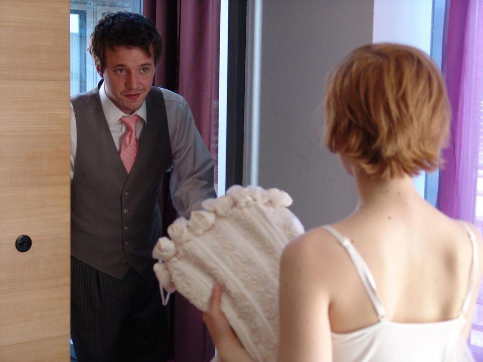 Vorsicht vor der Schwiegermutter!: Brautpaar Rebecca (Katharina Schüttler, r.) und Lutz (Arne Lenk, l.) ... - Bildquelle: Volker Roloff ProSieben