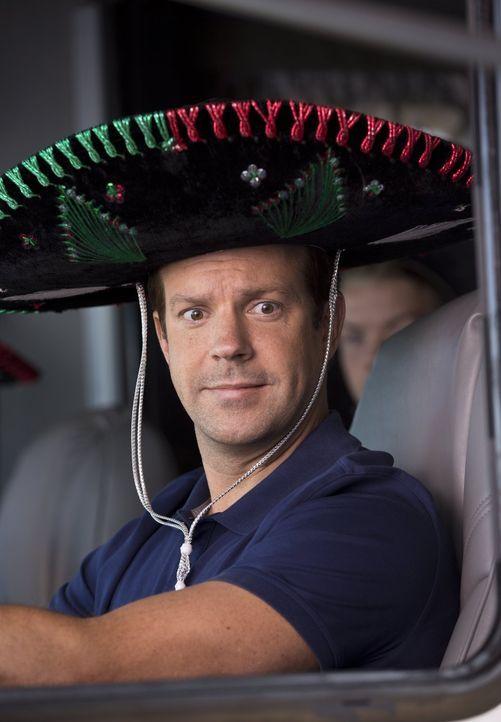 Drogendealer David (Jason Sudeikis) lässt sich auf einen Handel mit seinem Lieferanten ein: Wenn er eine Drogenlieferung von Mexiko in die Staaten s... - Bildquelle: 2013 Warner Brothers.  All rights reserved.