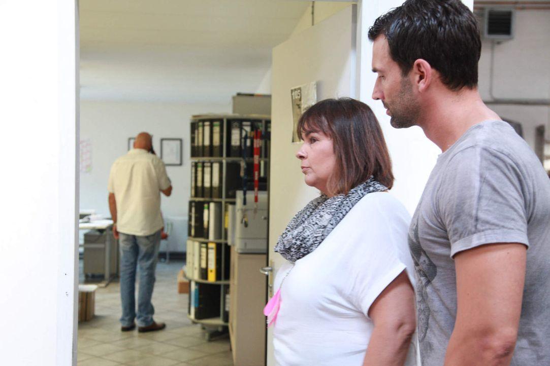 Geben alles, um ihren Klientinnen zu helfen: Iris Hauser (M.) und Chris Brandt (r.) ... - Bildquelle: SAT.1