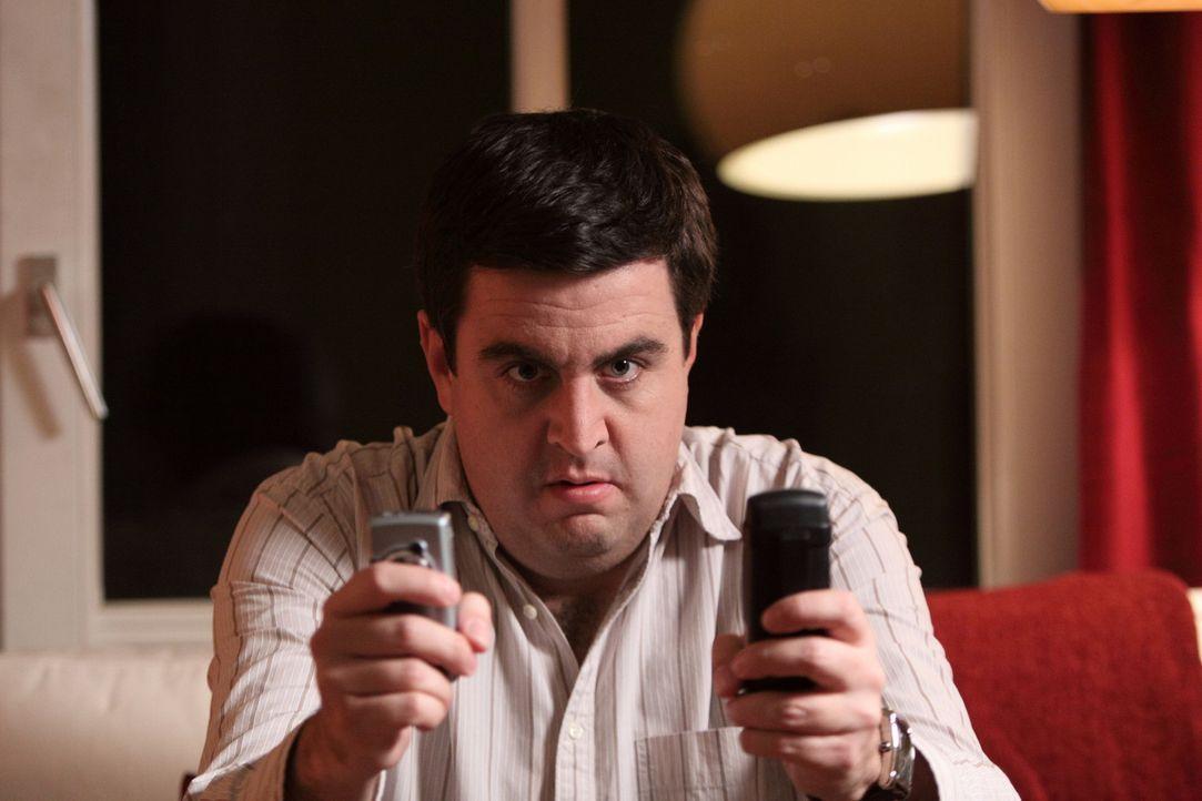 Bastian (Bastian Pastewka) telefoniert ununterbrochen, gern auch von zwei Handys gleichzeitig. Er will unbedingt den Journalistentarif für sein Han... - Bildquelle: SAT.1