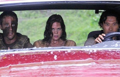 Steve (Alex O'Loughlin, l.) und Chin (Daniel Dae Kim) versuchen, Julie (Mariana Klaveno) vor den Killern zu beschützen. - Bildquelle: CBS Studios Inc