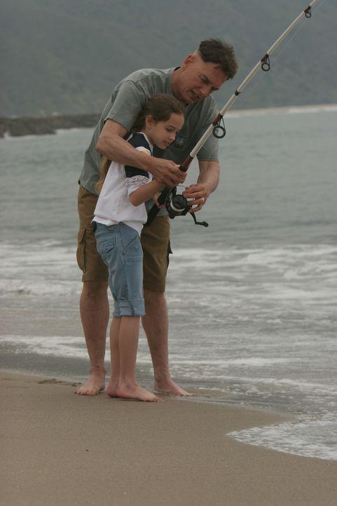 Während Gibbs? (Mark Harmon, r.) Zustand kritisch ist, durchlebt er einige Erinnerungen mit seiner Tochter (Mary Mouser, l.), die er für lange Zei... - Bildquelle: CBS Television