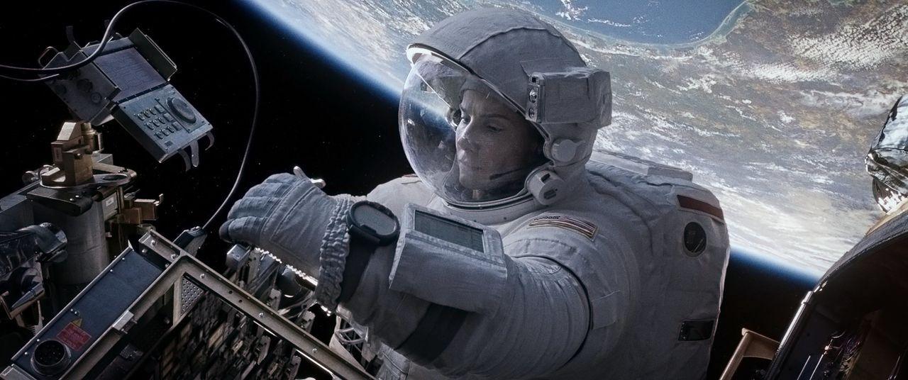 Aus einer Routinemission wird für Biomedizinerin Ryan (Sandra Bullock) ein Rennen gegen die Zeit, als ihr Shuttle zerstört und sie in die Weiten des... - Bildquelle: Warner Brothers