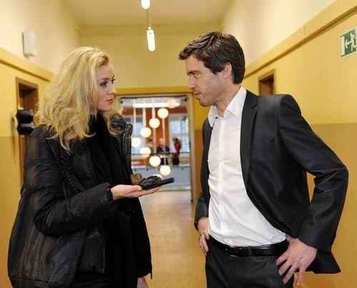 Alexandra wird nachdenklich, als sie mit Julian darüber spricht, wie sie mit der Waffe verfahren soll. - Bildquelle: Christoph Assmann - Sat1