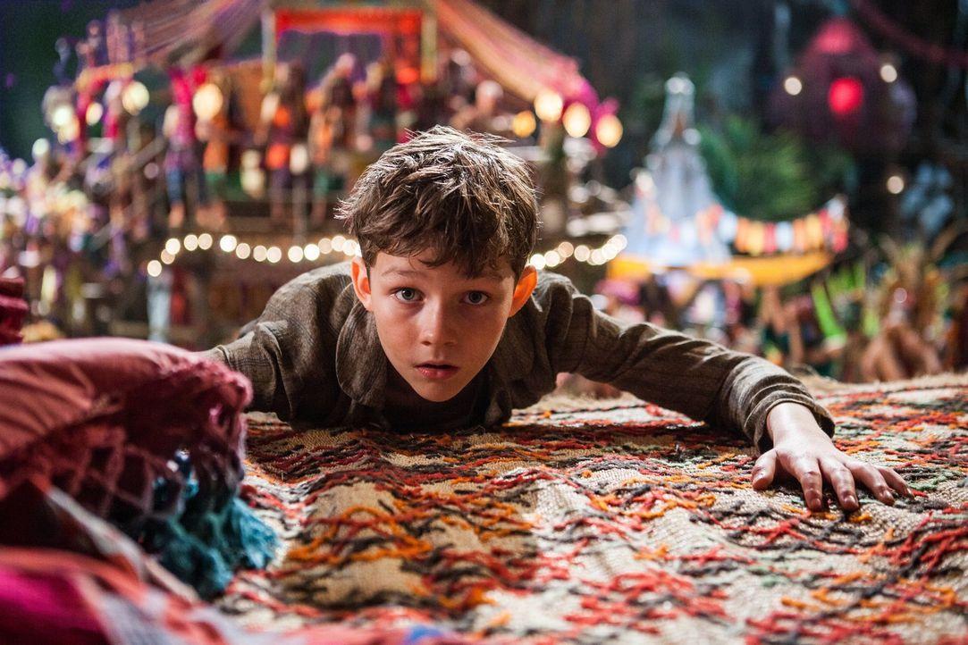 Waisenjunge Peter Pan (Levi Miller) trägt ein besonderes Geheimnis mit sich, doch wird ihm dieses auf seinem fantastischen Abenteuer zum Verhängnis? - Bildquelle: Warner Brothers