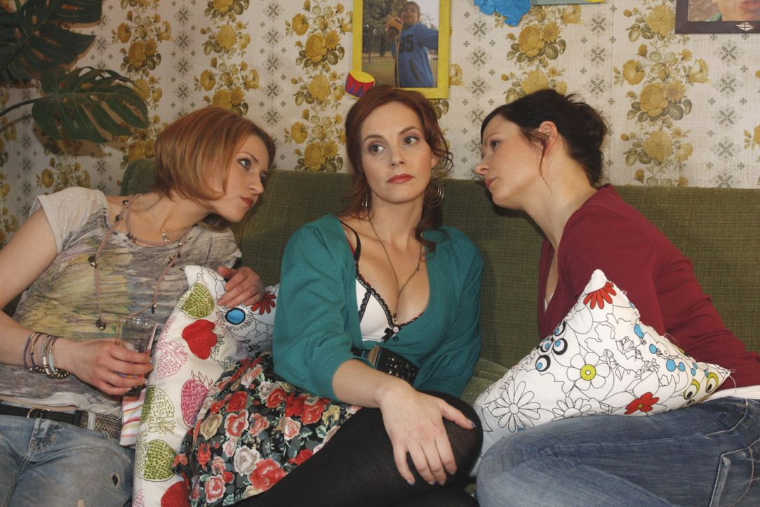 Manu (Marie Zielcke, M.) leugnet bei Jana (Ronja Peters, l.) und Eva (Anett Heilfort, r.) ihre leise Hoffnung, dass Marks Hochzeit doch noch platzen... - Bildquelle: SAT.1