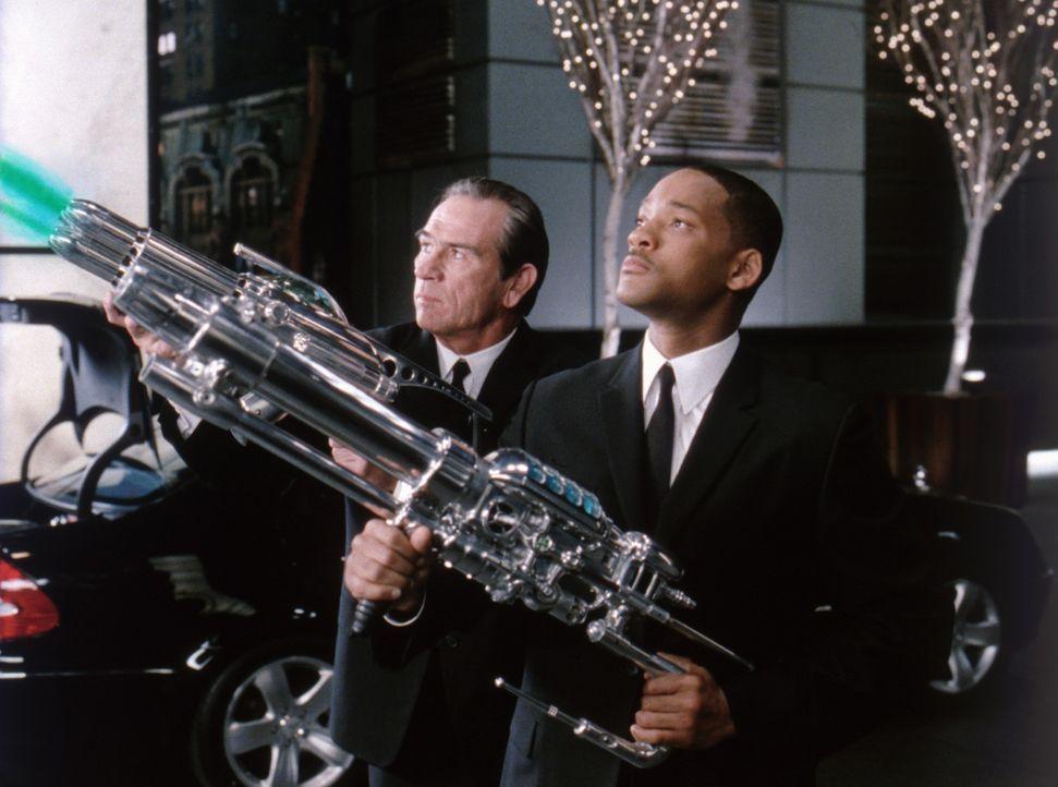 Der Welt droht Gefahr, doch die Außerirdischen kriegen?s nun mit Agent J (Will Smith, r.) und Agent K (Tommy Lee Jones, l.) zu tun ... - Bildquelle: 2003 Sony Pictures Television International