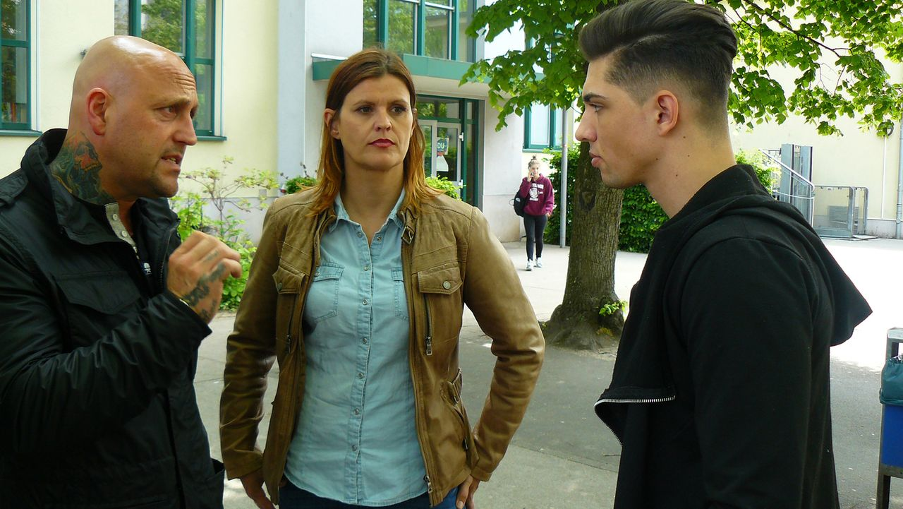 Die Schulexperten - Jugendhelfer im Einsatz: Das einige Schüler zu viel Wut in sich tragen, bemerkt Antiaggressionstrainer Dominik de Lorenzo (l.) i... - Bildquelle: SAT.1