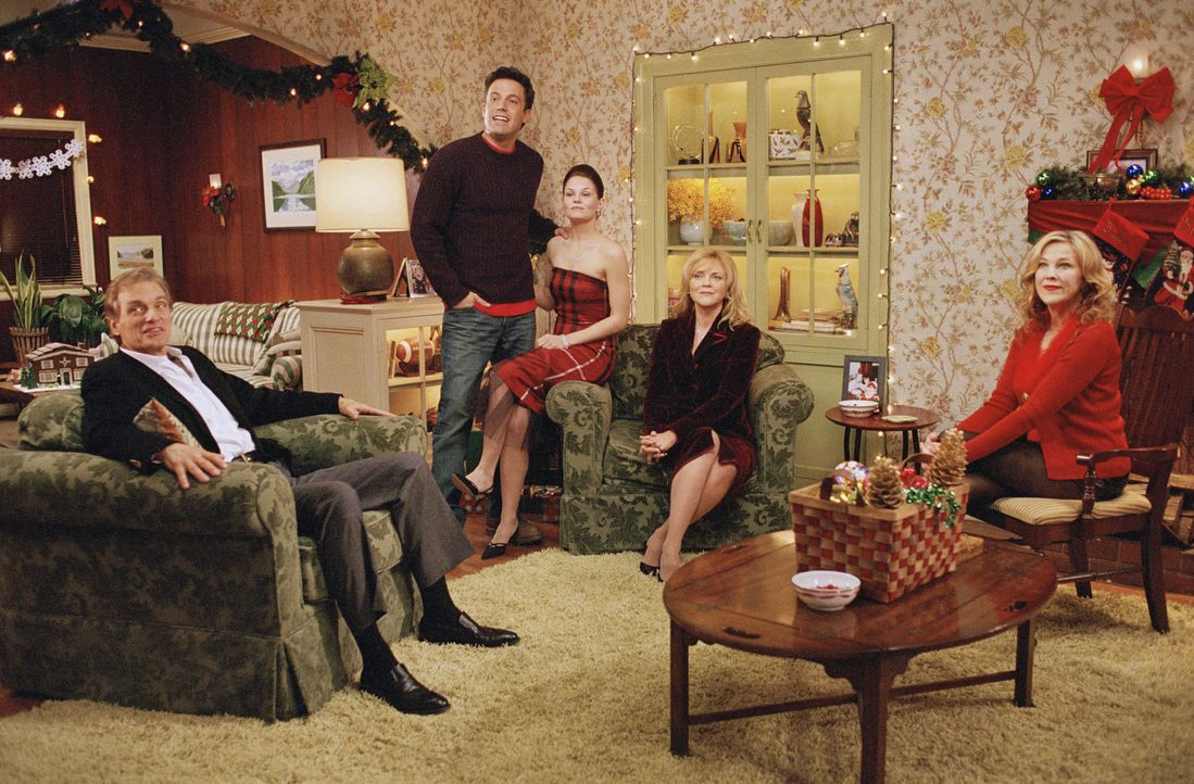 Eine Familie zum Fest: Horace Vanglider (David Selby, l.), Drew Latham (Ben Affleck, 2.v.l.), Missy Vanglider (Jennifer Morrison, M.), Letitia Vangl... - Bildquelle: Telepool GmbH