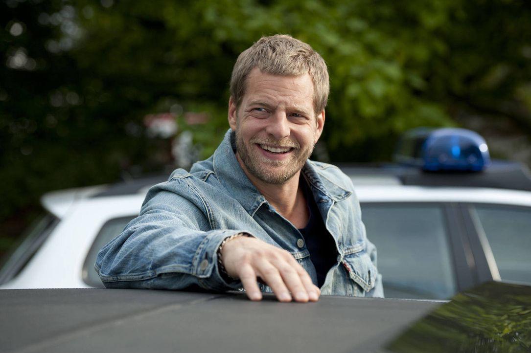 """(3. Staffel) - Nach Tanjas Schussverletzung kümmert sich """"der letzte Bulle"""" (Henning Baum) rührend um sie. Er sorgt dafür, dass es ihr rundum gut ge... - Bildquelle: Martin Rottenkolber SAT.1"""