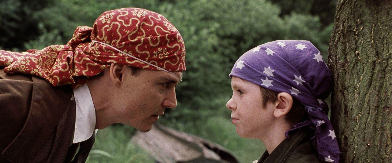 """Mit dem desillusionierten Peter (Freddie Highmore, r.) heckt James M. Barrie (Johnny Depp, l.) viele Streiche aus, die ihn zu einem Meisterwerk """"Pet... - Bildquelle: Miramax Films. All rights reserved"""