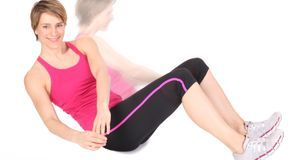 Gestalten Sie das Bauchmuskeltraining zu Hause so abwechslungsreich wie mögli...