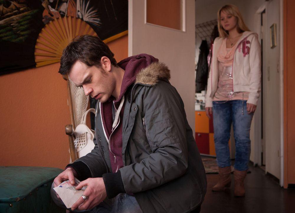 Als Saskia (Sonja Gerhardt, r.) Tobi (Florian Bartholomäi, l.) in ihrer Wohnung vorfindet, wie er nach Geld sucht, schmeißt sie den Ex-Junkie aus... - Bildquelle: Conny Klein SAT.1