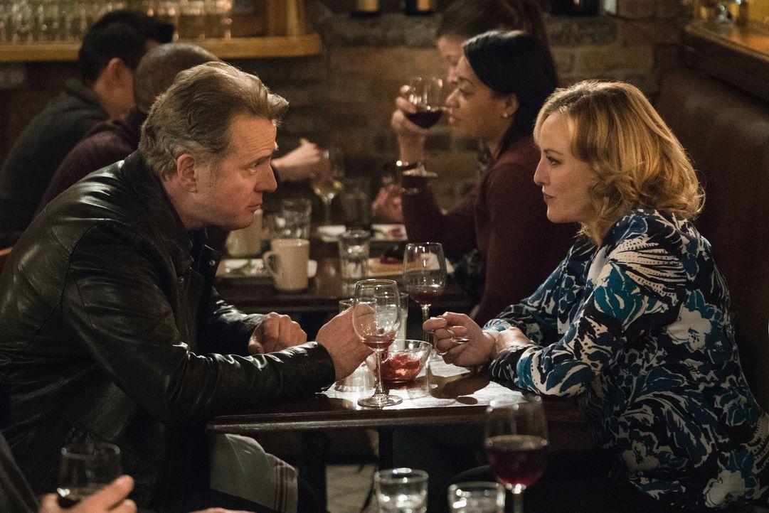 Als Captain Gregson (Aidan Quinn, l.) und seine Freundin Paige (Virginia Madsen, r.) zufällig Watson in einem Restaurant treffen, beendet Paige kurz... - Bildquelle: Michael Parmelee 2016 CBS Broadcasting Inc. All Rights Reserved.