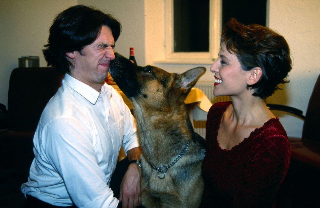 Rex hat allen Grund eifersüchtig zu sein: Kommissar Moser (Tobias Moretti, l.) hat die hübsche Tierärztin Sonja (Daniela Gaets, r.) zu sich einge... - Bildquelle: Sat.1
