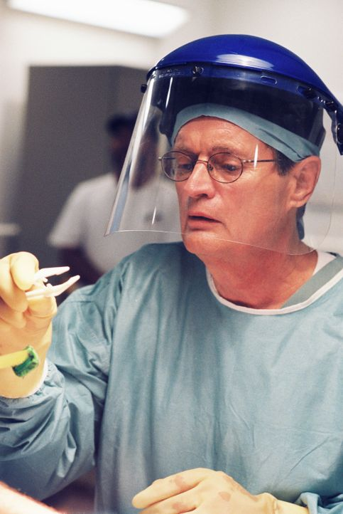 Arbeitet an einem schwierigen Fall: Dr. Donald Mallard (David McCallum) ... - Bildquelle: CBS Television