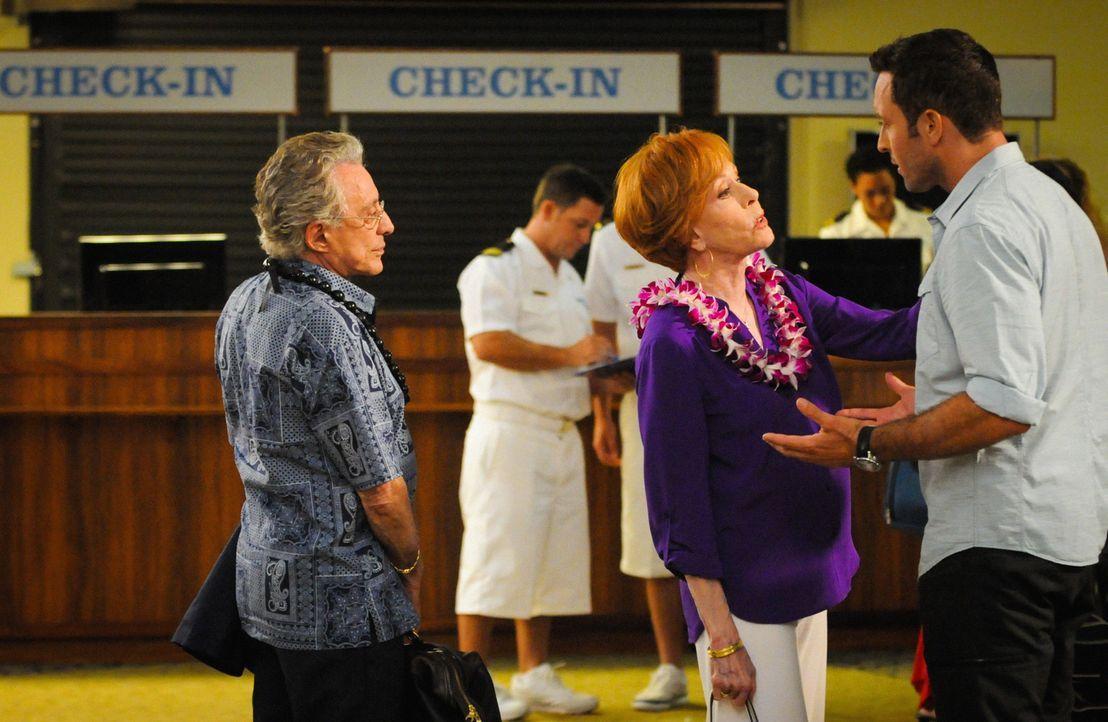 Während der Ermittlungen in einem neuen Mordfall, kommt Steves (Alex O'Loughlin, r.) Tante Deb (Carol Burnett, 2.v.r.) mit ihrem neuen Verlobten Leo... - Bildquelle: 2014 CBS Broadcasting Inc. All Rights Reserved.