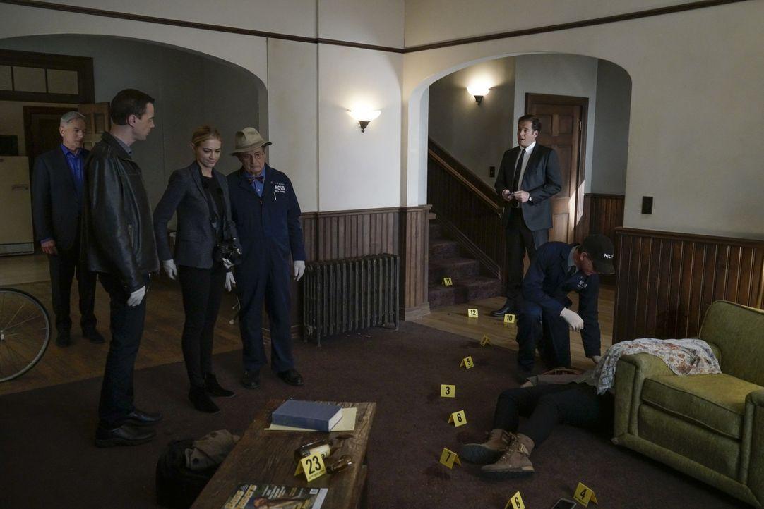Für das Team beginnt ein tödlicher Wettlauf: (v.l.n.r.) Gibbs (Mark Harmon), McGee (Sean Murray), Bishop (Emily Wickersham), Ducky (David McCallum),... - Bildquelle: Jace Downs 2016 CBS Broadcasting, Inc. All Rights Reserved