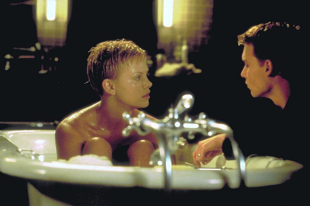 Eigentlich sind die Armacosts (Charlize Theron, l., Johnny Depp, r.) ein glückliches Ehepaar. Wären da nicht Spencers auffallende Verhaltensstörunge... - Bildquelle: 1999 New Line Productions, Inc. All Rights Reserved.