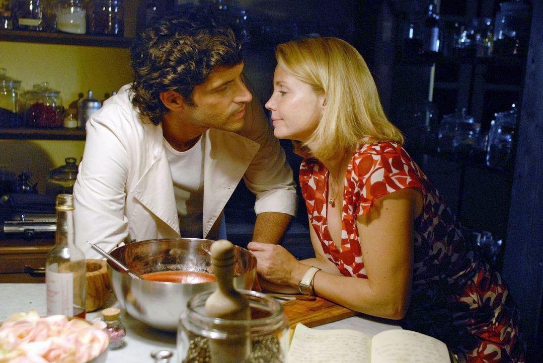 Lissy (Annette Frier, r.) ist gerührt, als Fabio (Pasquale Aleardi, l.) das letzte Rezept ihres Vaters - ein Eis für seine Tochter - für sie anrührt... - Bildquelle: Sat.1