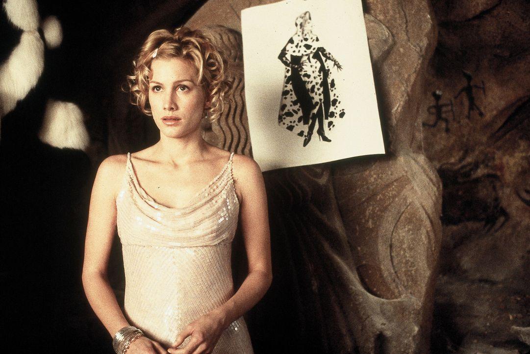 Die junge Bewährungshelferin Chloe Simon (Alice Evans) soll sich ausgerechnet um die grausame Pelzjägerin Cruella de Vil kümmern ... - Bildquelle: Walt Disney Pictures