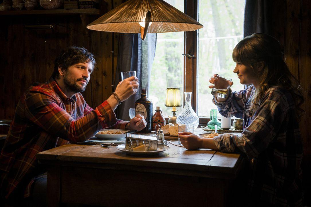 Gelingt es Lou (Cristina do Rego, r.), John (Tom Beck, l.) zu einem neuen Song zu verhelfen? - Bildquelle: Stephan Rabold SAT.1