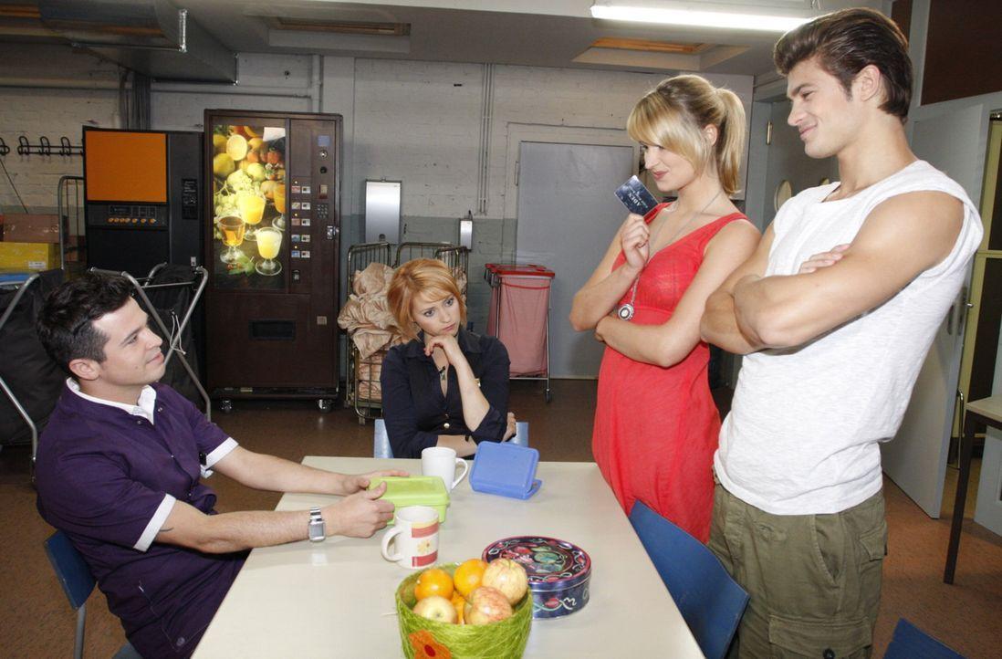 Während sich Bilge (Olgu Caglar, l.) und Jana (Ronja Peters, 2.v.l.) um Jessica (Isabell Ege, 2.v.r.) Sorgen machen, verbringt sie einen unvergessl... - Bildquelle: SAT.1