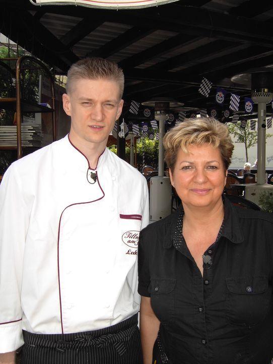 Ein großes Barbecue auf der Dachterrasse einer Bank - da haben Jaqueline Tillner und ihr Schwiegersohn Lukas jede menge zu tun ... - Bildquelle: Sat.1