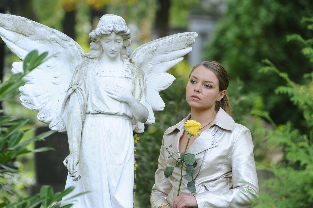 Katja (Karolina Lodyga) nimmt heimlich an der Trauerfeier von Gerrit teil ... - Bildquelle: Sat.1