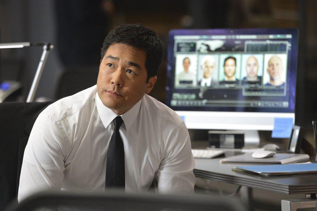 Steht in seinem aktuellen Fall vor einem Rätsel: Kimball Cho (Tim Kang) ... - Bildquelle: Warner Bros. Television