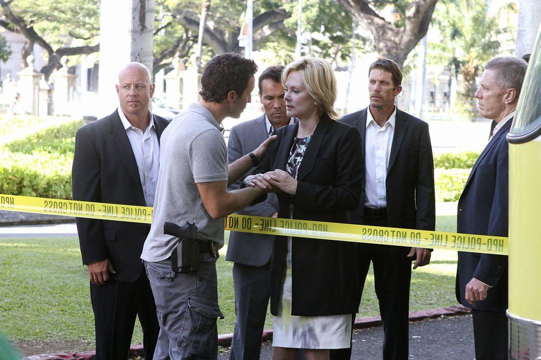 Als Laura Hills, die Assistentin der Gouverneurin (Jean Smart, 3.v.r.), durch eine Autobombe ums Leben kommt, wird Steve McGarrett (Alex O'Loughlin,... - Bildquelle: 2011 CBS BROADCASTING INC.  All Rights Reserved.