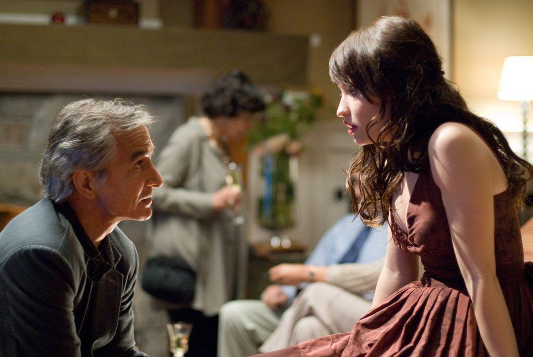Verzweifelt versucht Anna (Emily Browning, r.) ihren Vater (David Strathairn, l.) davon zu überzeugen, dass seine Verlobte nicht die ist, für die si... - Bildquelle: 2008 DreamWorks LLC and Cold Spring Pictures. All Rights Reserved.