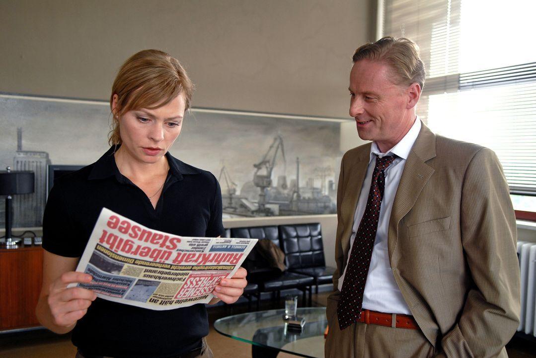 Martin (Susanna Simon, l.) erfährt von dem Ruhrkraft-Manager Zander (Hubertus Hartmann, r.), dass der Staudamm für die Trinkwasserversorgung freigeg... - Bildquelle: Sat.1