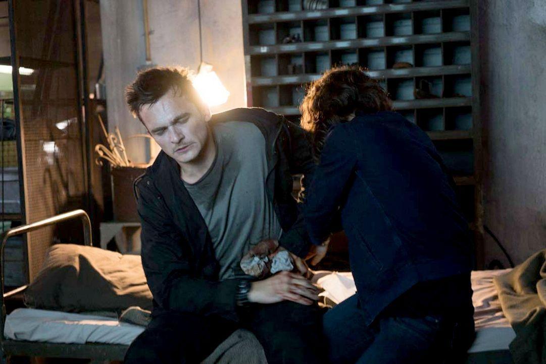 Müssen sich vertrauen, um zu überleben: Carrie (Claire Danes, r.) und Peter (Rupert Friend, l.) ... - Bildquelle: Stephan Rabold 2015 Showtime Networks, Inc., a CBS Company. All rights reserved.