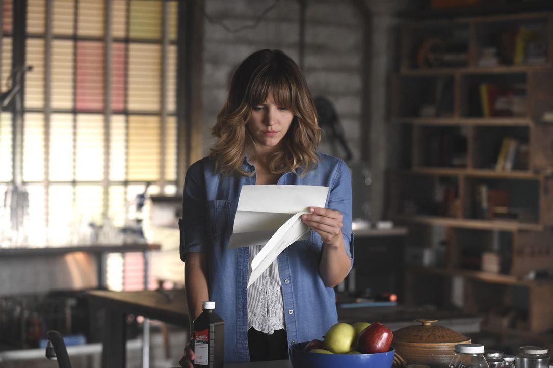 Ein einzelner Brief sorgt bei Paige (Katharine McPhee) für einige Verwirrungen ... - Bildquelle: Ron Jaffe 2014 CBS Broadcasting, Inc. All Rights Reserved