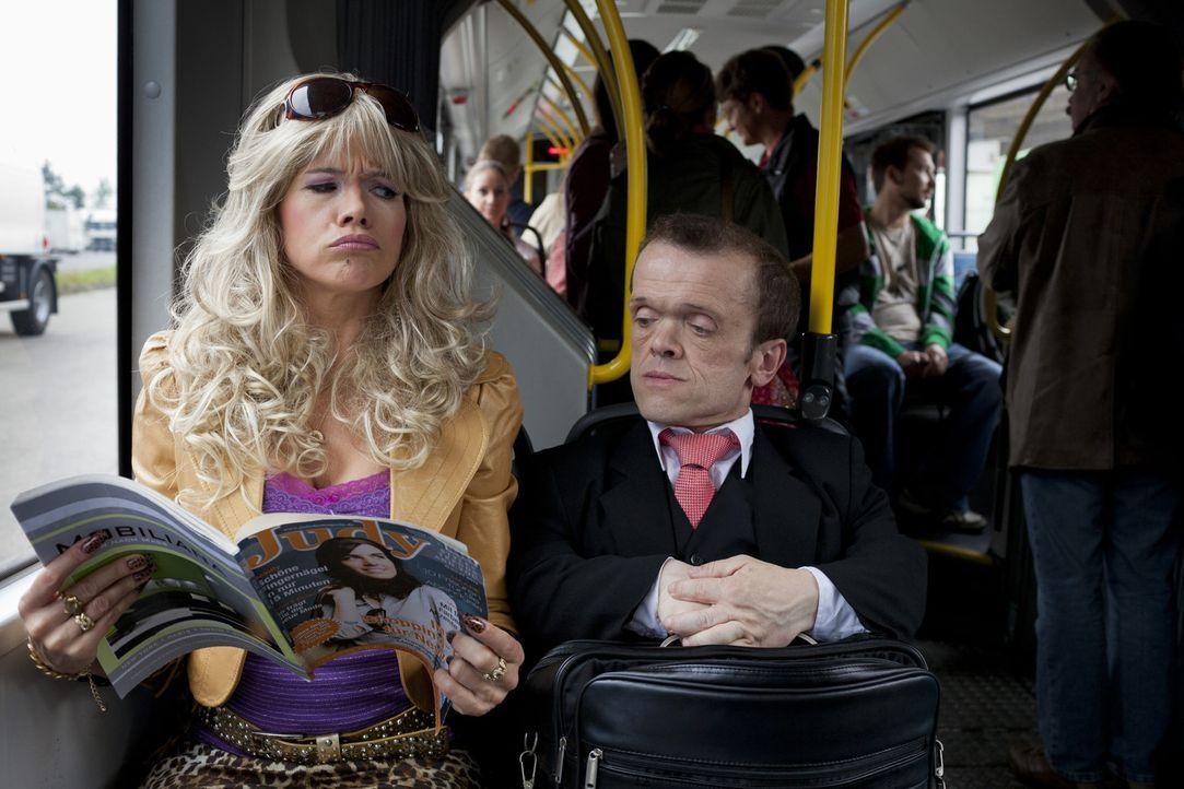 Wenn Ulla (Anke Engelke, l.) im Bus zufällig neben einem Kleinwüchsigen sitzt, bleibt keine peinliche Frage ungestellt und kein Klischee unberühr... - Bildquelle: Guido Engels SAT.1