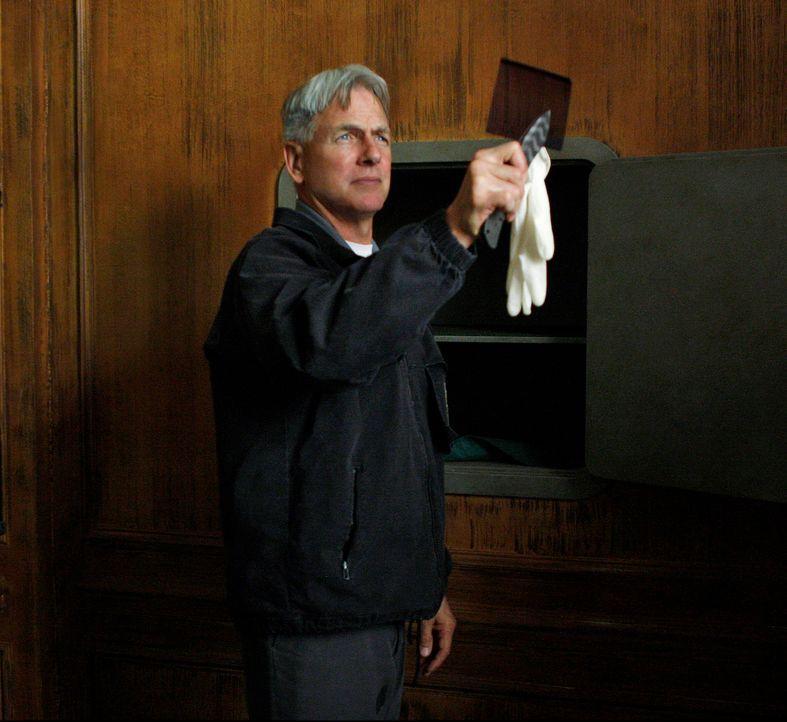 Navy Lieutenant Jeffrey Hutton wird am Steuer seines  Wagens tot aufgefunden. Bis auf Weiteres bleibt die   Todesursache ein Rätsel, denn der Lieute... - Bildquelle: CBS Television